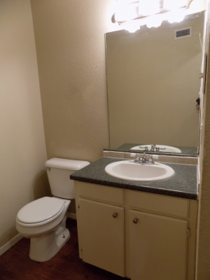 811 B - 3 Bedroom / 1 Bath bathroom